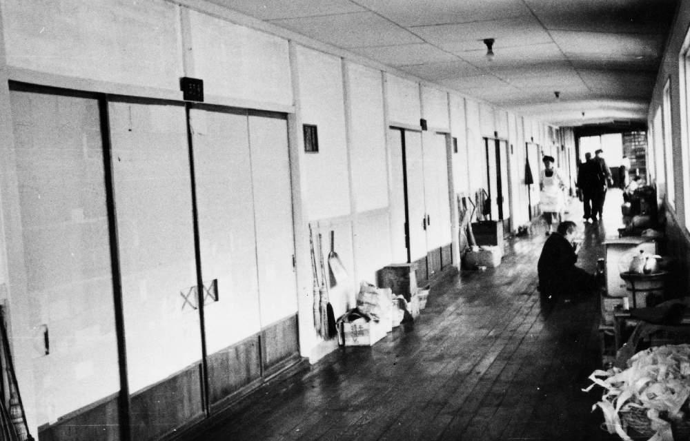 (写真協力:佐久総合病院 浅沼信治先生) 廊下で七輪を使い食事の提供をしていた。