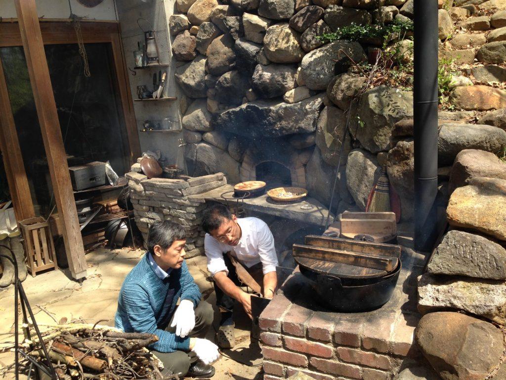 写真:2015年4月に四井さん宅にお邪魔してのかまど体験の様子