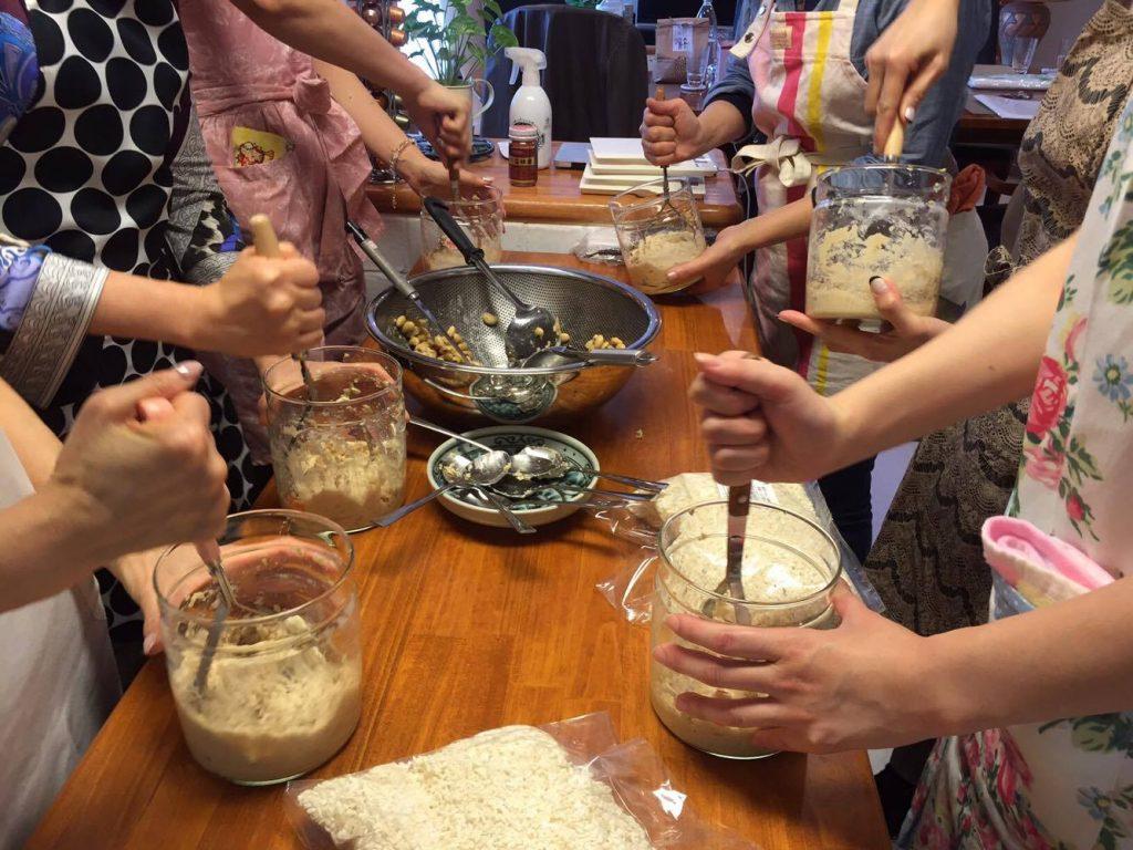 アンチエイジングフードマイスター 花巻ゆみの手作り味噌教室の様子